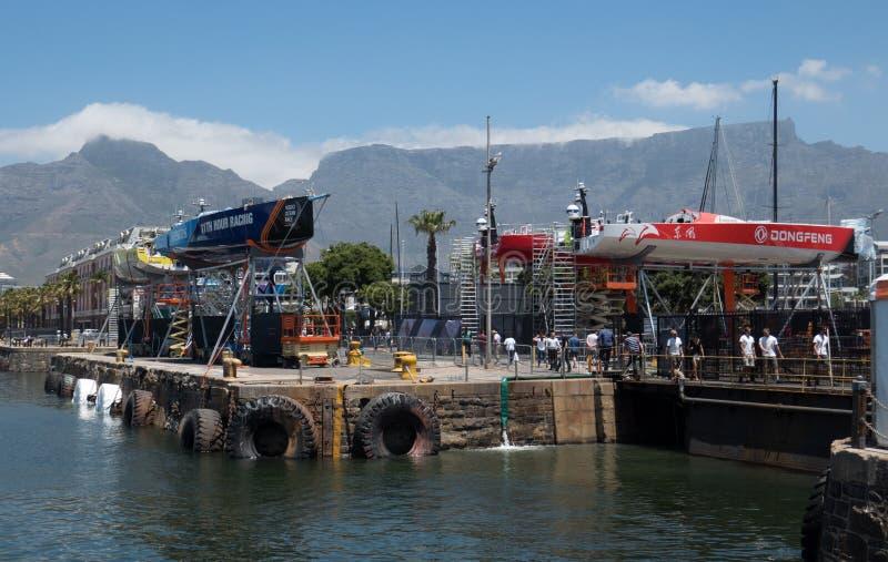 Segelbåtar för Volvo Ocean Race i Cape Town arkivbild