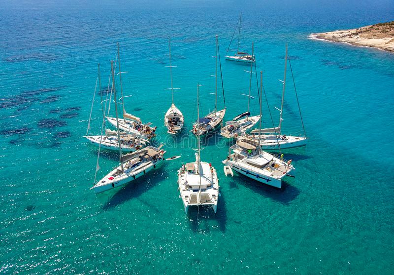 Segelbåtar i ett stjärnabildande i tropisk fjärd för turkos royaltyfri bild