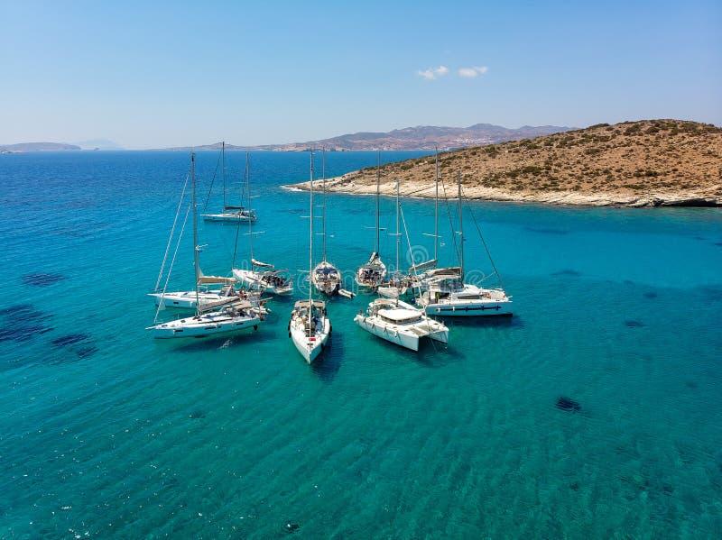Segelbåtar i ett stjärnabildande i tropisk fjärd för turkos ovanf?r sikt royaltyfri foto