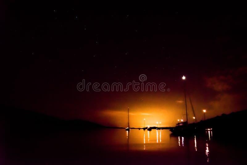 Segelbåtar i fjärdhimmel- och gereatbjörnbakgrund royaltyfri fotografi