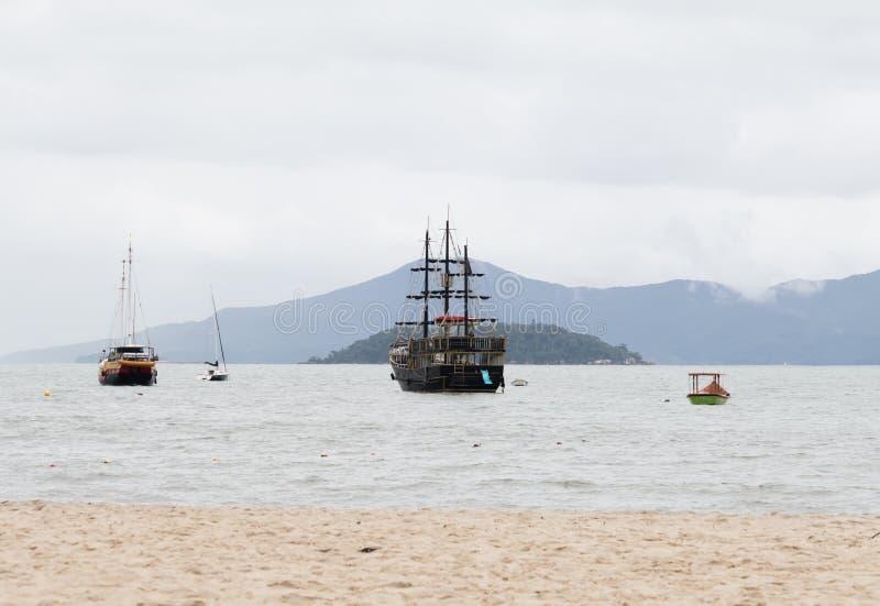 Segelbåtar i Florianopolis, Brasilien royaltyfri bild