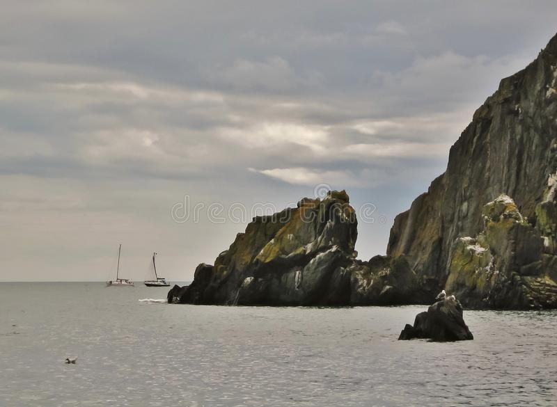 Segelbåtar nära den Howth halvön royaltyfria bilder