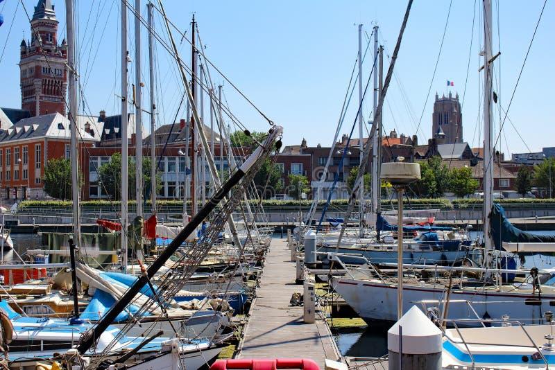 Segelbåtar och yachter förtöjde på marina av Dunkirk arkivbild
