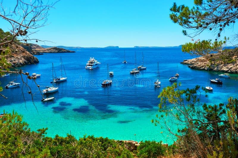 Segelbåtar på den Cala Salada lagun Ibiza Spanien royaltyfri foto