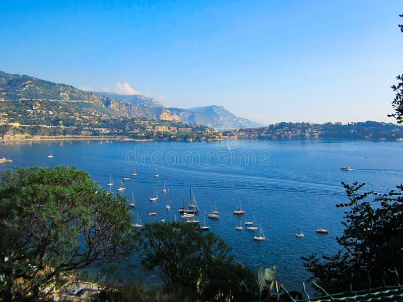 Segelbåtar på en disig dag i söderna av Frankrike arkivfoton