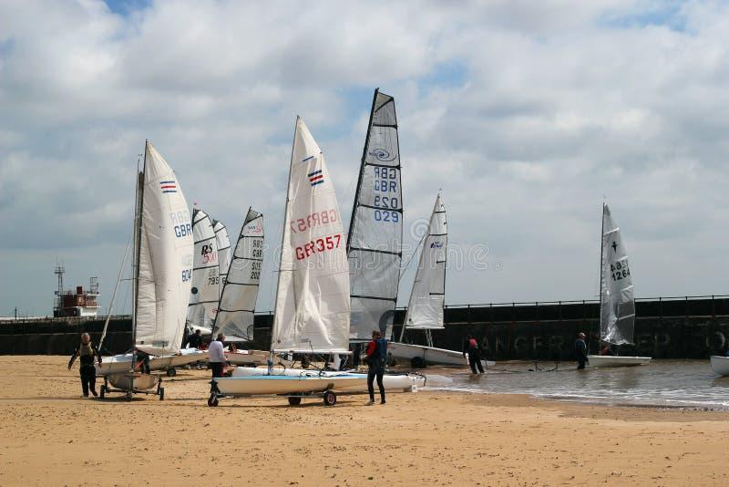 Segelbåtar på en strand. royaltyfri fotografi