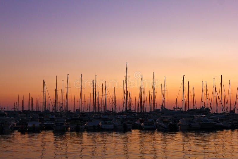 Segelbåtar på parkeringen arkivfoton