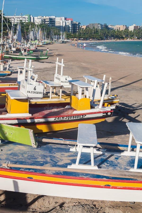 Segelbåtar på stranden royaltyfri bild