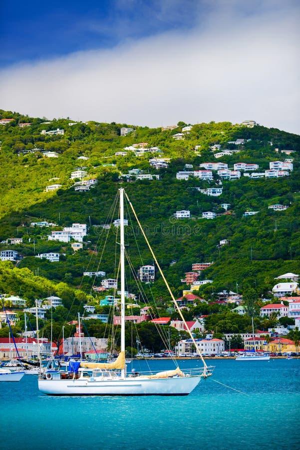 Segelbåtar som ankras i St. Thomas Harbor arkivfoto