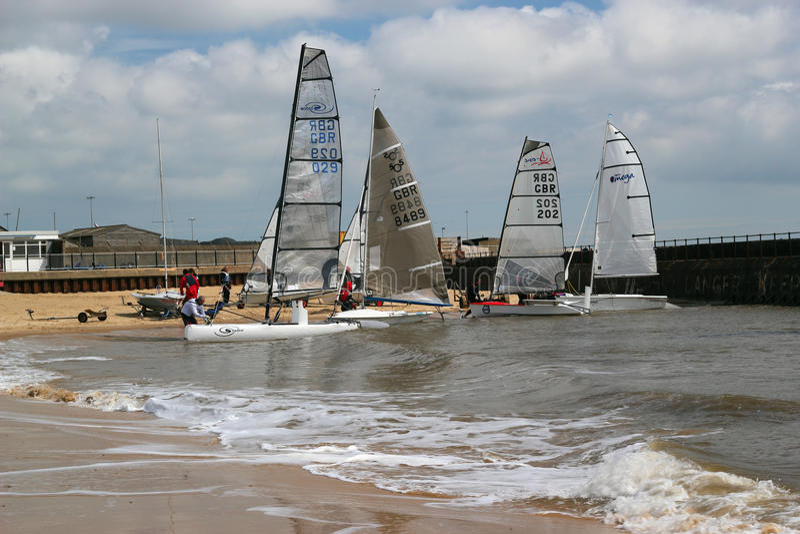 Segelbåtar som förbereder sig att springa. arkivbild