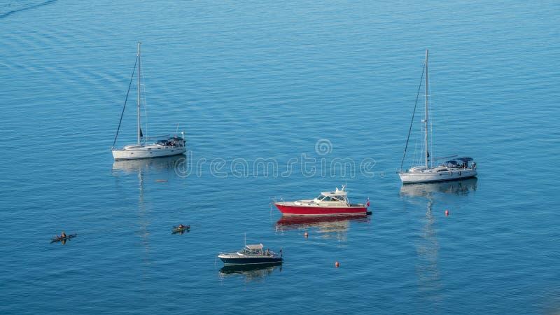 Segelbåtar som skalar på fjärden arkivfoton