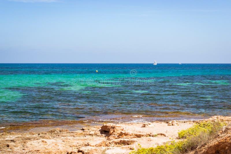 Segelbåtar som svävar i havet på horisonten, Av de la Purisima, Torrevi royaltyfri fotografi