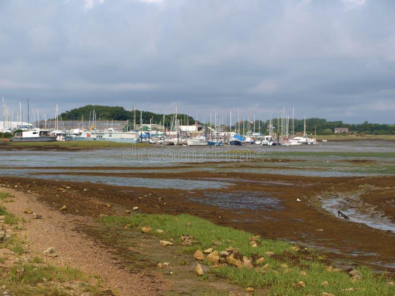 Segelbåtar strandade på lågvatten som paciently väntar för att högvatten ska ställa dem in fria royaltyfria foton