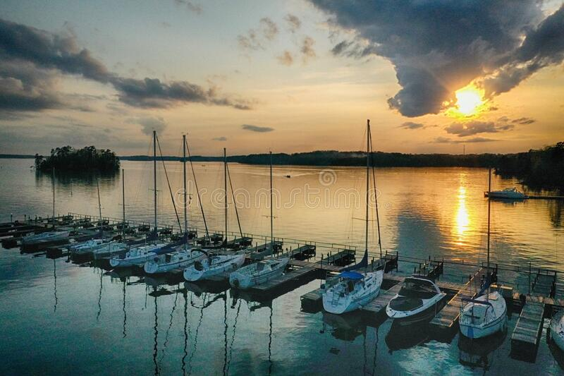 Segelbåtars rad fotografering för bildbyråer