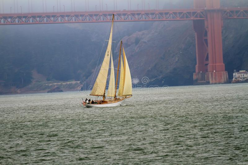 Segelbåten med lyftt seglar att närma sig Golden Gate royaltyfri bild