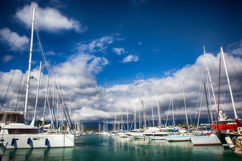 Segelbåthamnen, förtöjde många seglar yachter i havsporten arkivbild