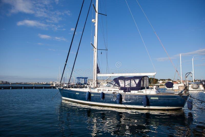 Segelbåthamnen, många härliga seglingyachter förtöjde i havsporten royaltyfria bilder