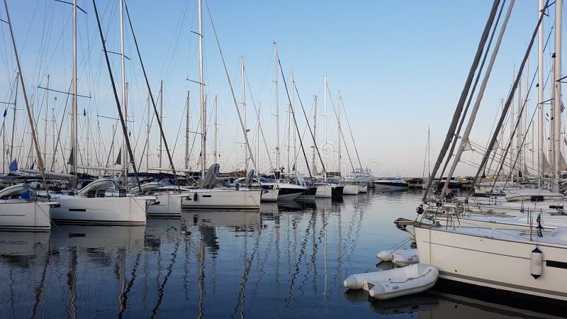Segelbåthamnen med många förtöjt härligt seglar yachter i havsporten royaltyfri fotografi