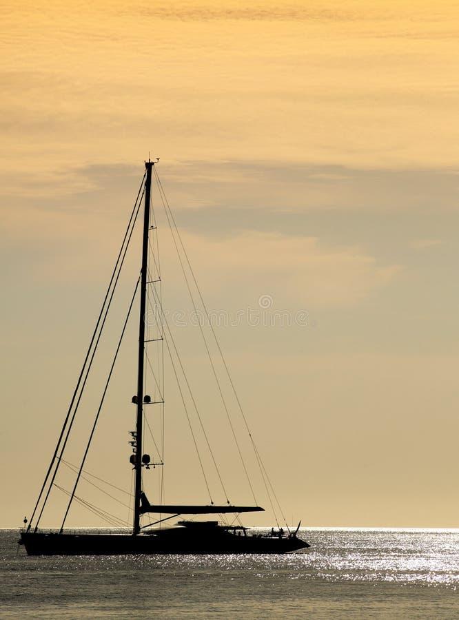 segelbåtsolnedgång arkivbilder