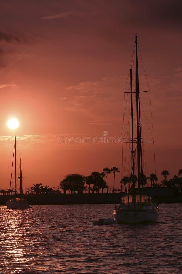 segelbåtsoluppgång royaltyfri foto