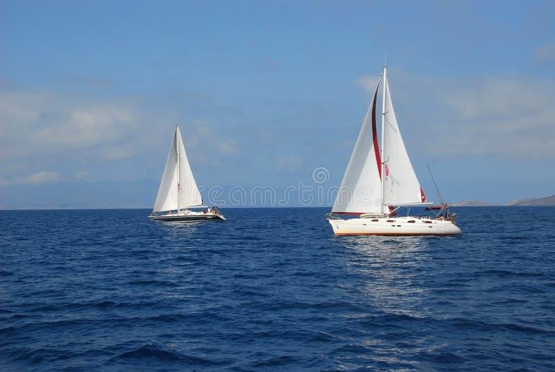 Segelbåtyacht som seglar att springa i blått vatten Grekland fotografering för bildbyråer