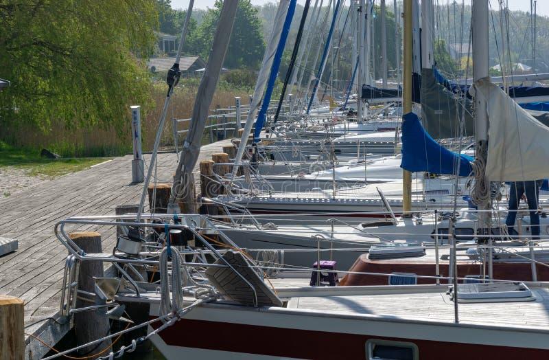 Segelboot auf dem baltischen meeres- kleinen Jachthafen auf der Insel von RÃÂ-¼ GEN lizenzfreie stockfotografie