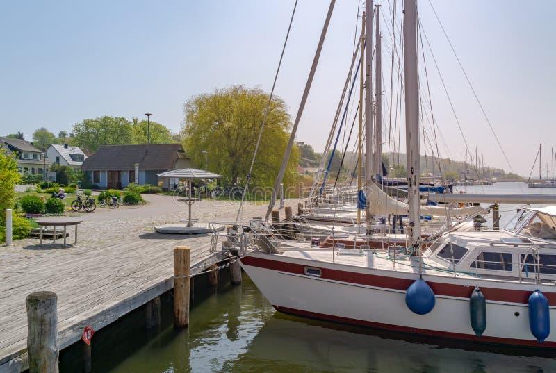Segelboot auf dem baltischen meeres- kleinen Jachthafen auf der Insel von R??-? GEN lizenzfreies stockbild