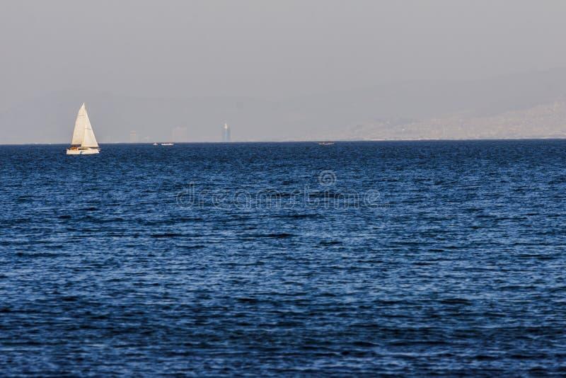 Segelboot auf dem blauen ägäischen türkischen Meer lizenzfreies stockfoto
