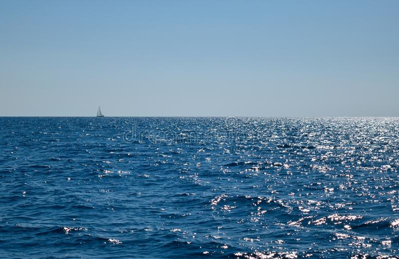 Segelboot auf dem Meer lizenzfreie stockfotografie