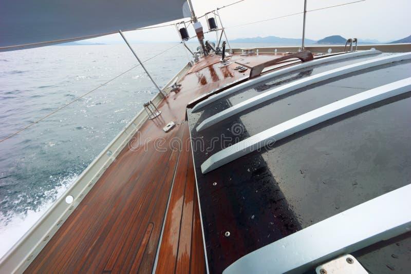 Segelboot auf dem Ozean lizenzfreie stockbilder