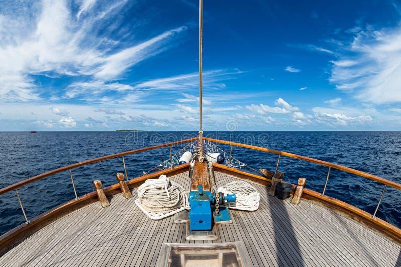 Segelboot auf dem Ozean stockbild