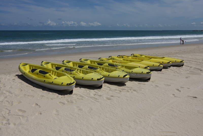 Segelboot auf dem Strand stockfotos
