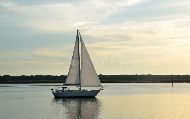 Segelboot auf Fluss an der Dämmerung lizenzfreie stockbilder