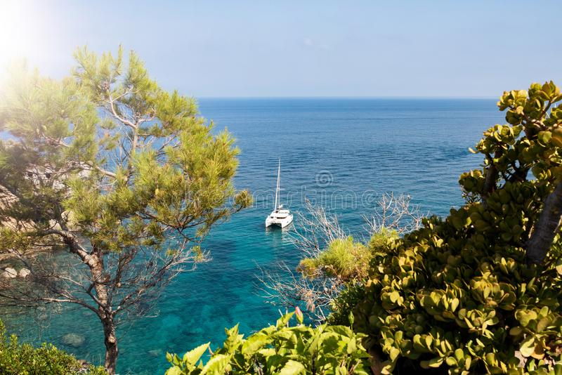 Segelboot auf Mittelmeer des Türkises stockfoto