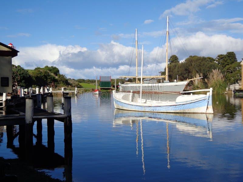 Segelboot auf See nahe Dock stockbild
