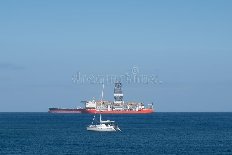 Segelboot, Bohrschiff und Tanker auf Ozeanhorizont - stockbilder