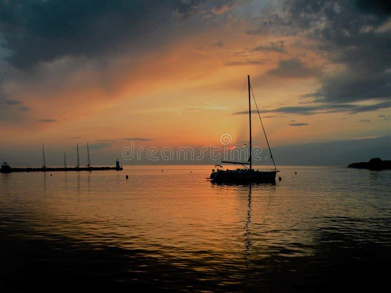 Segelboot, das auf eine ruhige Oberfläche von theAdriatic Meer, Kroatien, Europa schwimmt Sonnenuntergang und der ruhige See mit  stockfotografie