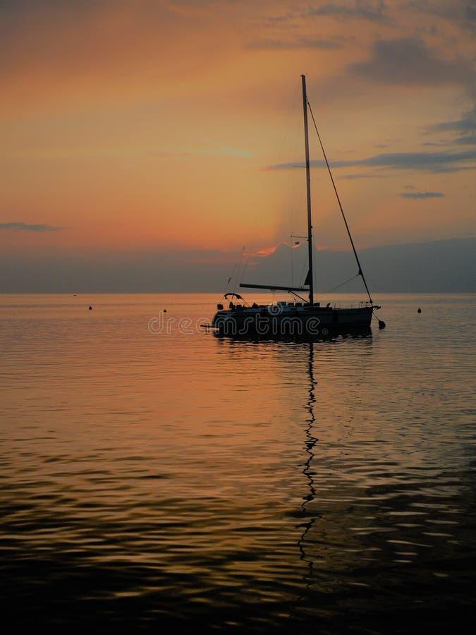 Segelboot, das auf eine ruhige Oberfläche von theAdriatic Meer, Kroatien, Europa schwimmt Sonnenuntergang und der ruhige See mit  stockbilder