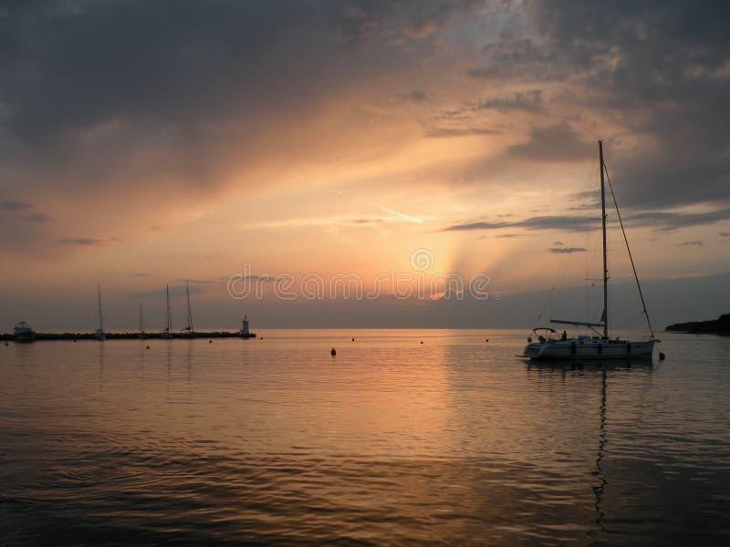 Segelboot, das auf eine ruhige Oberfläche von theAdriatic Meer, Kroatien, Europa schwimmt Sonnenuntergang und der ruhige See mit  stockfoto
