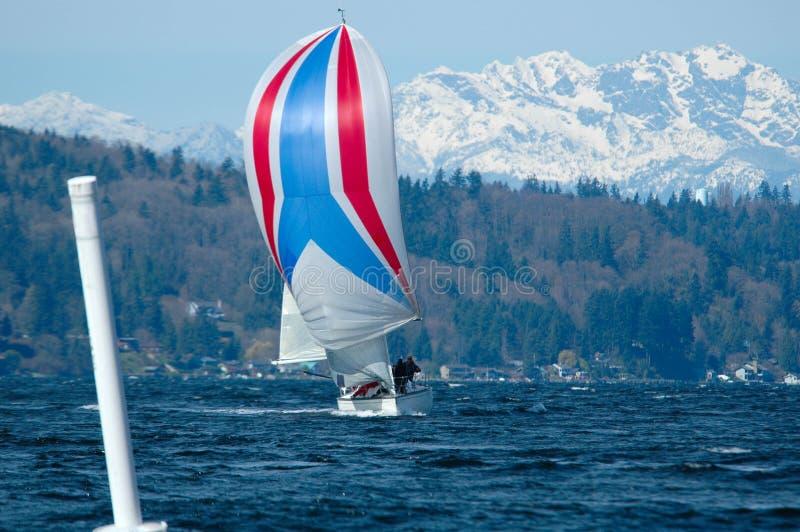 Segelboot, das auf Puget Sound läuft stockfotos