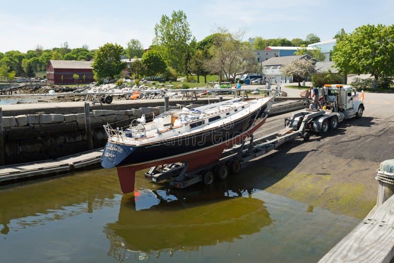 Segelboot, das in Belfast Maine gestartet wird lizenzfreies stockfoto