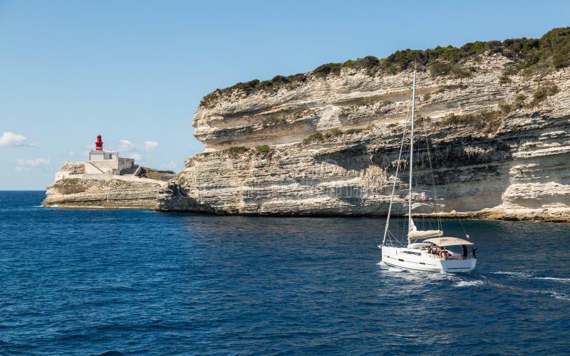Segelboot, das Bonifacio-Hafen in Süd-Korsika verlässt lizenzfreie stockfotos