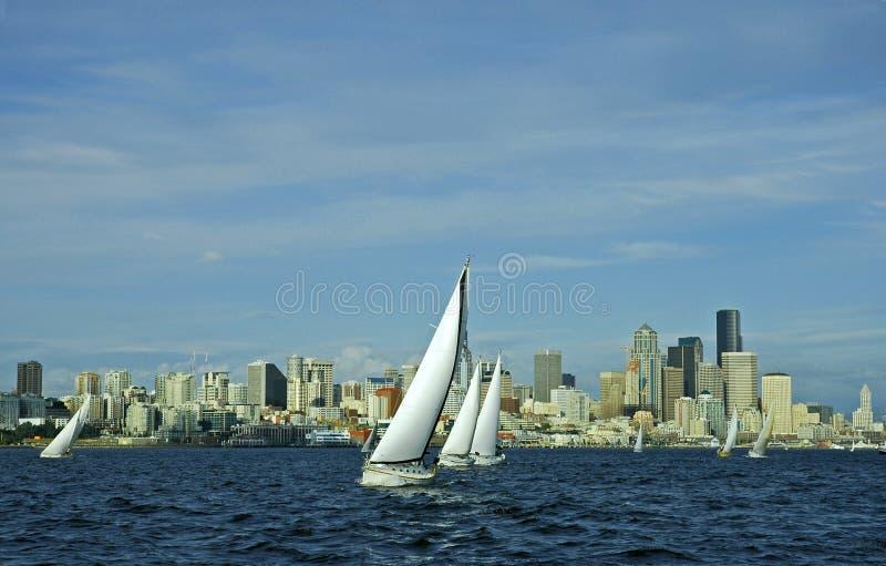 Segelboot, das in die Stadt läuft stockfotografie