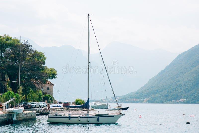 Download Segelboot In Der Alten Stadt Von Perast In Der Bucht Von Kotor, Monteneg Redaktionelles Stockfotografie - Bild von luxus, frühling: 90231582
