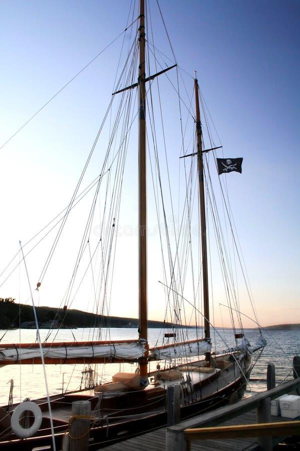 Segelboot an der Dämmerung stockbilder