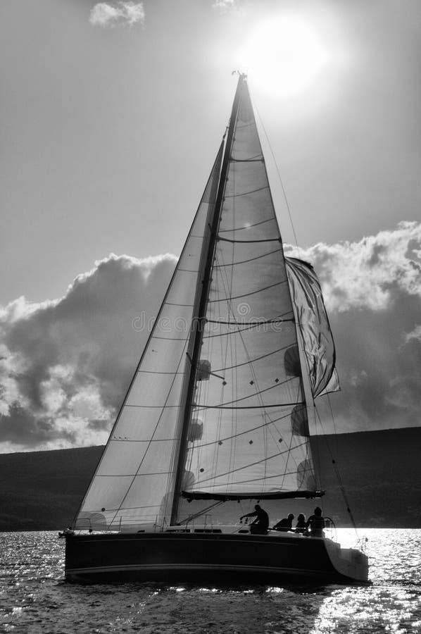 Segelboot in der Tätigkeit stockfotografie