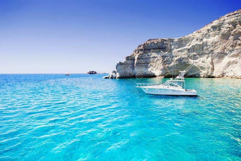 Segelboot in einer schönen Bucht, Milos Insel, Griechenland lizenzfreies stockbild