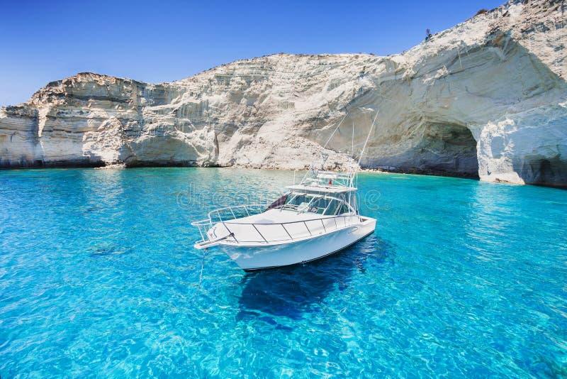 Segelboot in einer schönen Bucht, Milos Insel, Griechenland lizenzfreie stockfotografie
