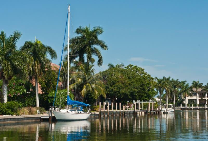 Segelboot gebunden an einem tropischen Dock stockbild