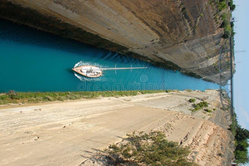 Segelboot im Korinth-Kanal stockfotografie